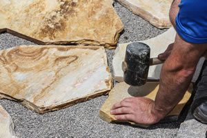 Natursteinplatten im Garten verlegen - Anleitung