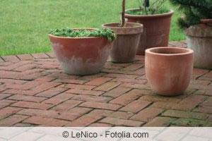 Terrassenplatten reinigen Moos und Algen von Terrasse